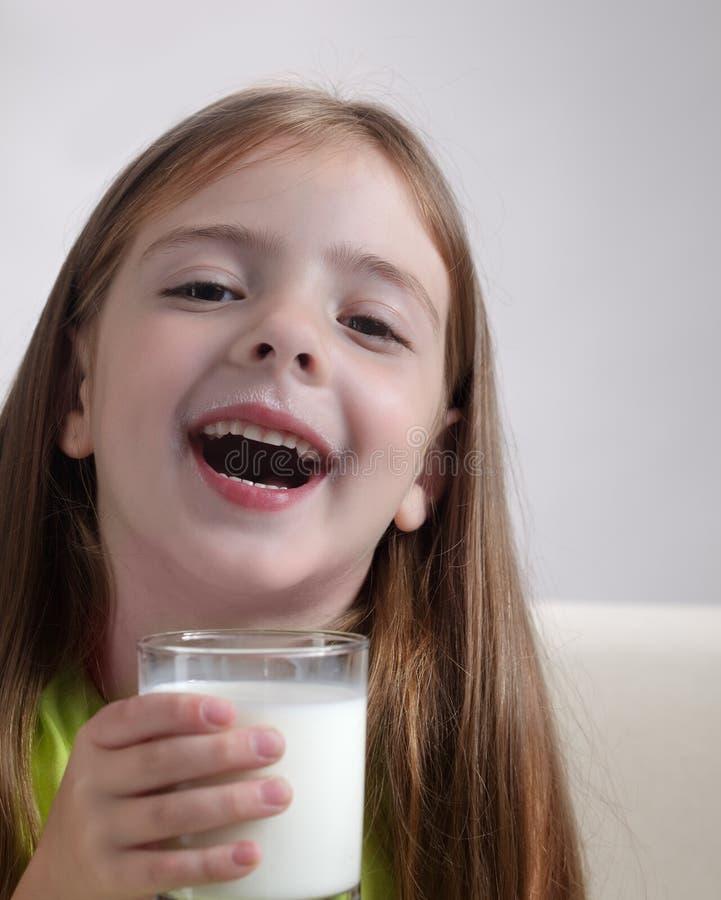 meisje met melkglas royalty-vrije stock foto's