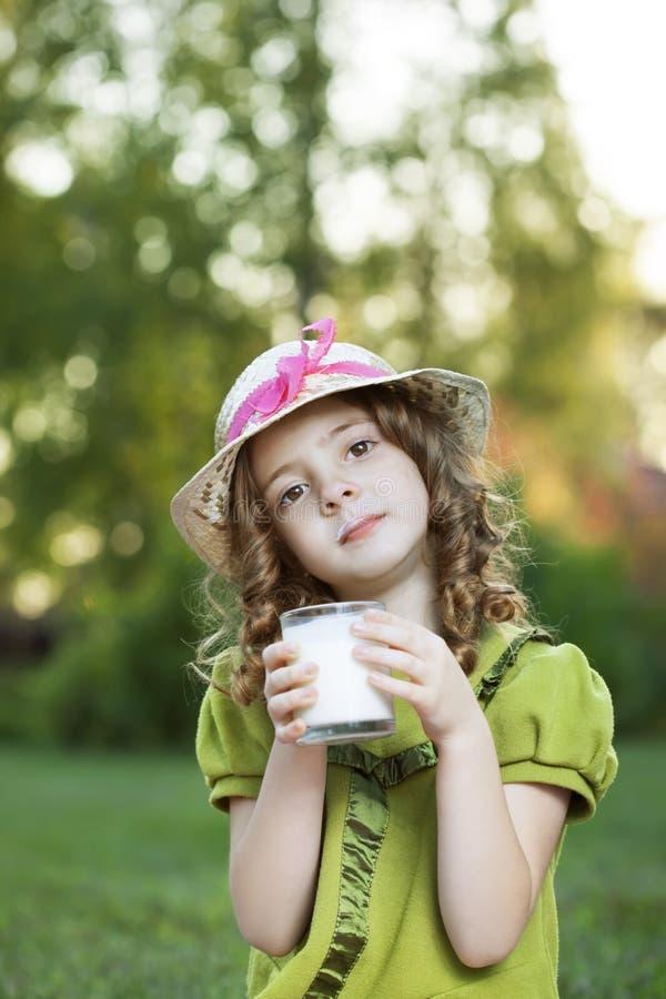 Meisje met melkglas stock foto's