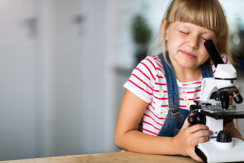 Meisje met microscoop stock foto