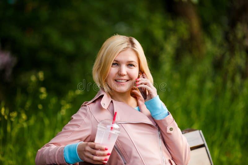 Meisje met milkshake en telefoon royalty-vrije stock afbeeldingen
