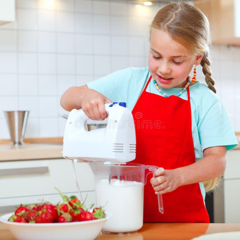 Meisje met mixer in keuken