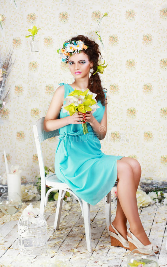 Meisje met modieuze make-up en bloemen stock afbeeldingen