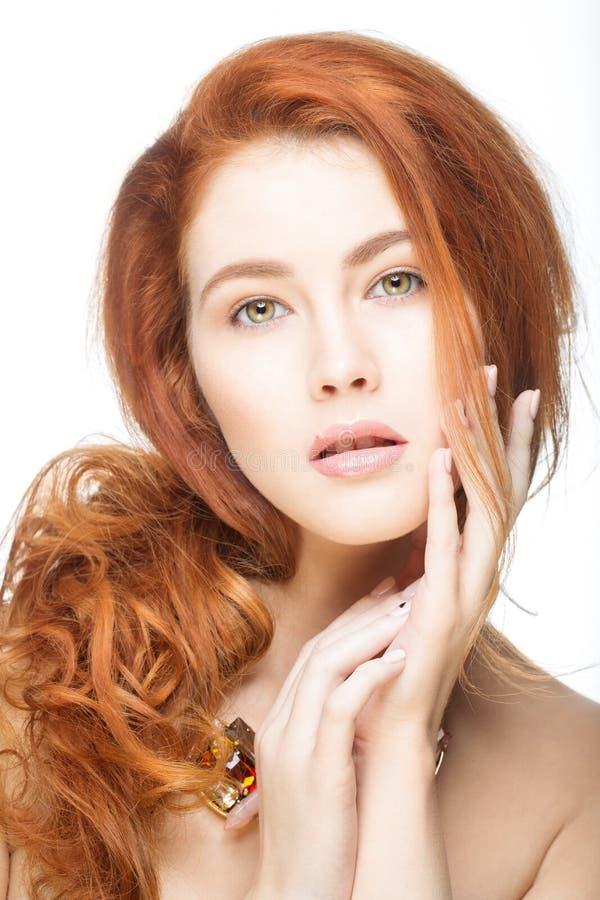 Meisje met mooi lang rood haar stock fotografie