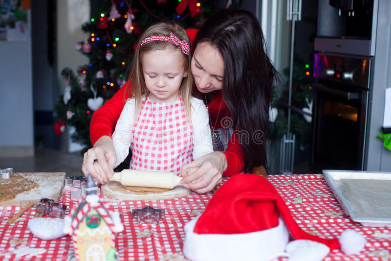 Meisje met mooie Kerstmis van het moederbaksel stock fotografie