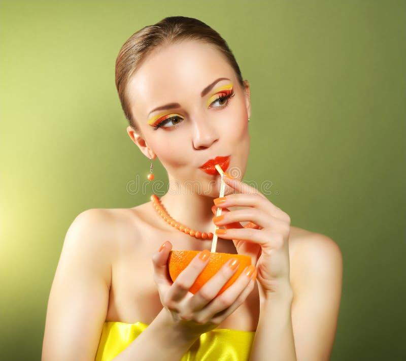 Meisje met mooie samenstelling die oranje fruit houden stock foto's