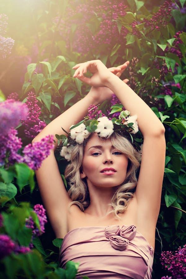 Meisje met Natuurlijke Make-up, Krullend Blonde, Kroon en Flo stock afbeeldingen