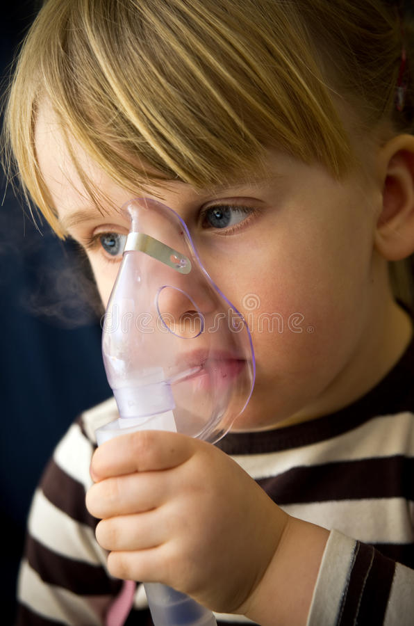 Meisje met inhalator stock afbeelding