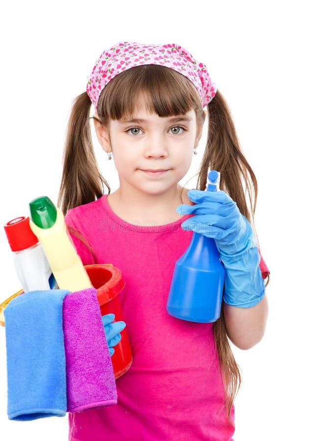 Meisje met nevel en emmer in handen klaar om met het schoonmaken te helpen stock afbeeldingen