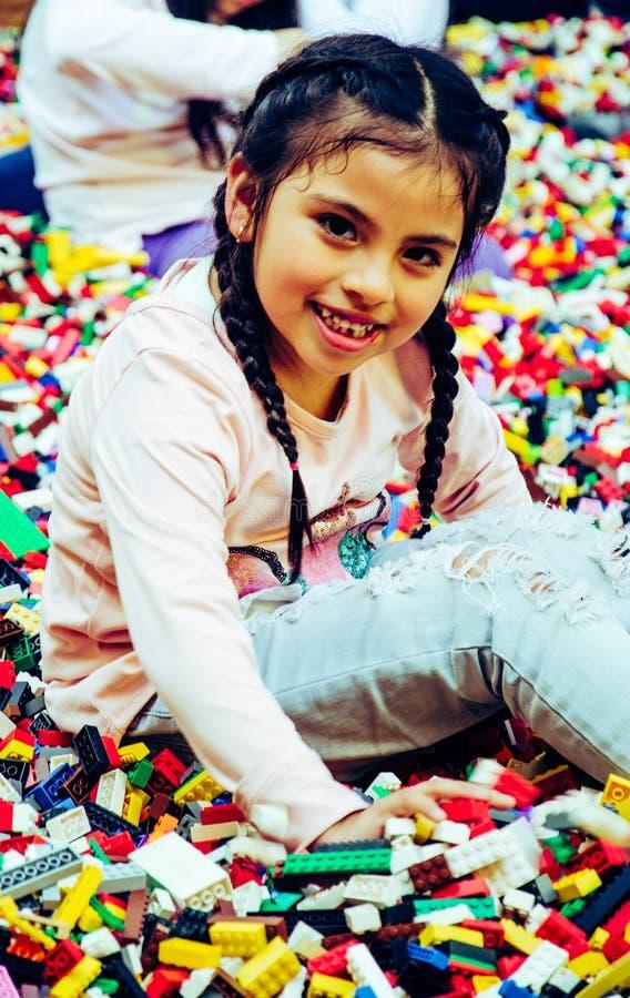 Meisje met onderwijsstuk speelgoed blokken De kinderen spelen bij opvang of kleuterschool Knoei in jonge geitjesruimte royalty-vrije stock afbeelding