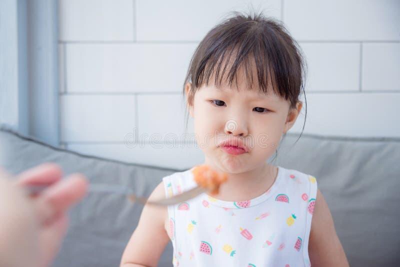 Meisje met ongelukkig gezicht tussen lunch stock afbeeldingen