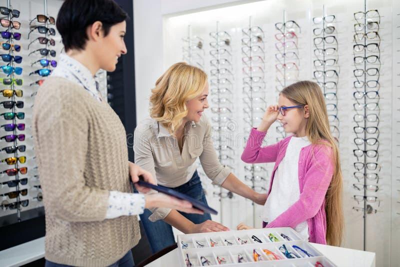 Meisje met oogglazen zelf die in spiegel kijken stock afbeeldingen