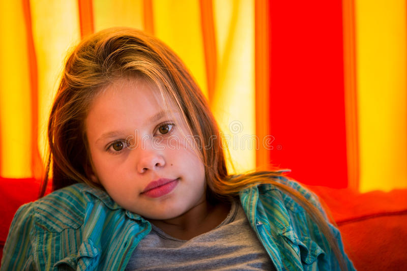 Meisje met oranje gordijn stock foto