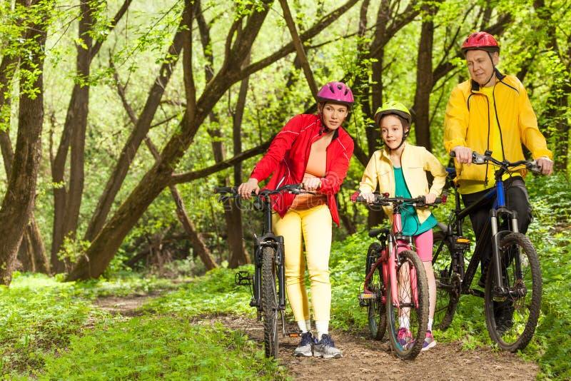 Meisje met ouders die het opzetten biking sleep lopen royalty-vrije stock foto's