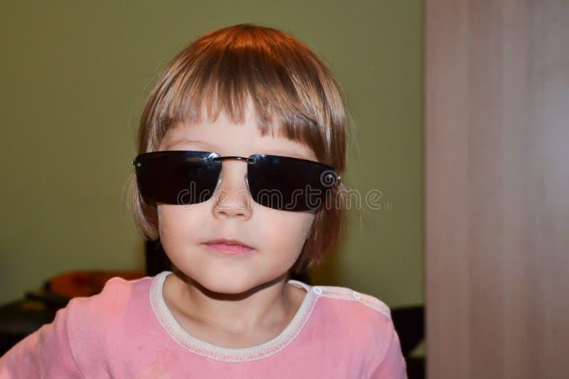 Meisje met overmaatse zonnebril stock fotografie