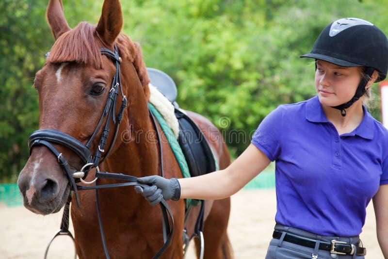 Meisje met paard stock afbeeldingen