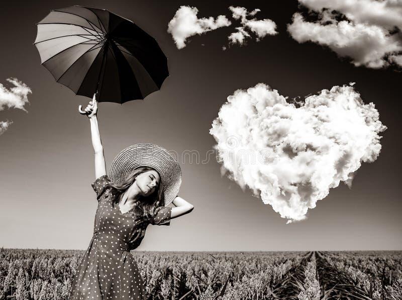 Meisje met paraplu bij graangebied stock foto's