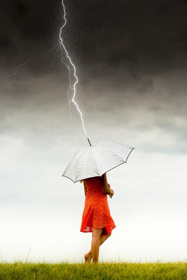 Meisje met paraplu in onweer stock foto's