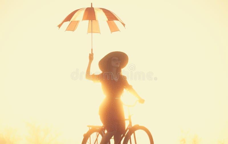 Meisje met paraplu op een fiets royalty-vrije stock afbeeldingen