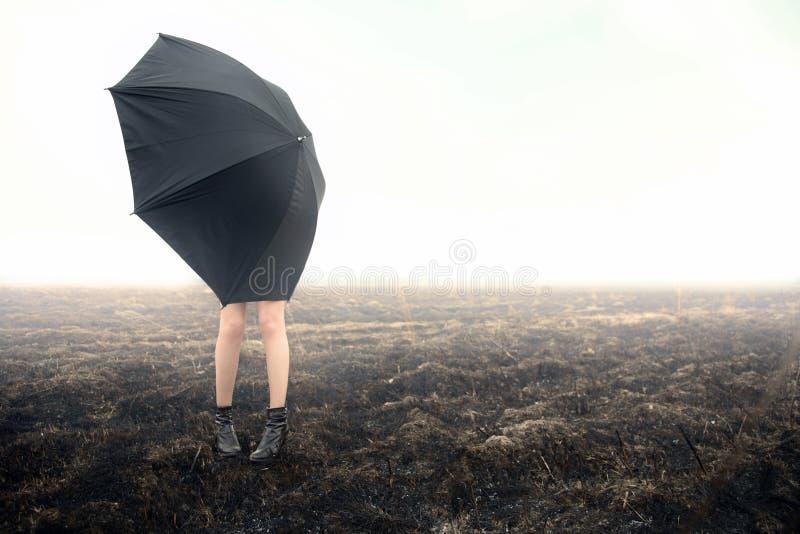 Meisje met paraplu op zwart gebied royalty-vrije stock afbeeldingen