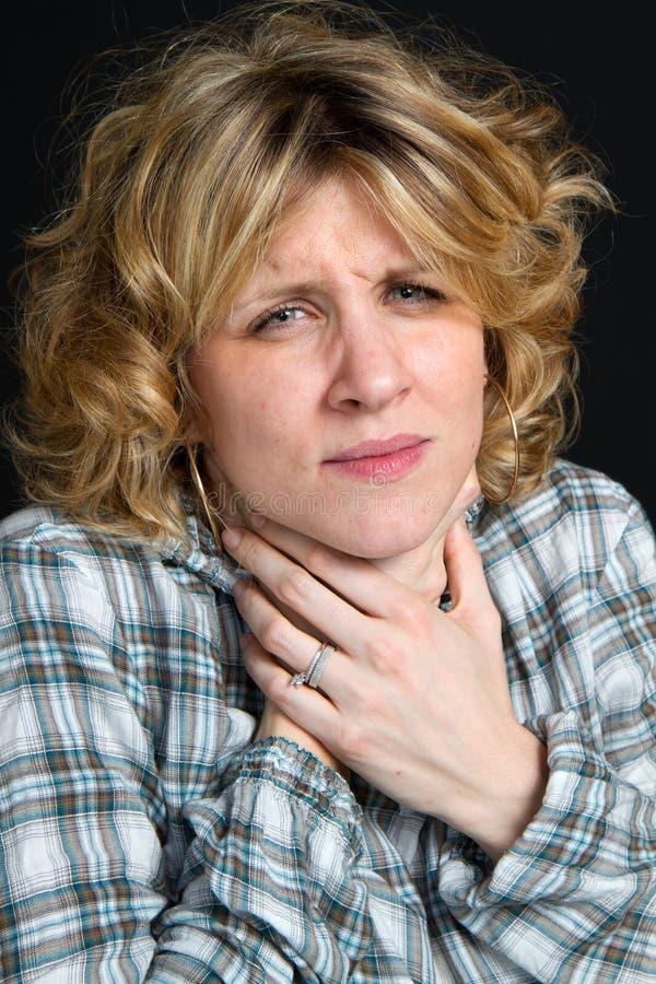 Meisje met pijnlijke plek - keel stock fotografie