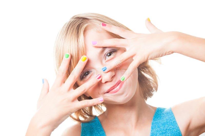 Meisje met regenboogspijkers stock afbeeldingen