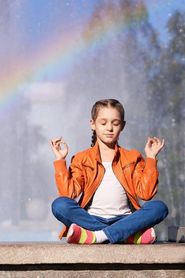 Meisje met regenboogzitting in openlucht één terugtocht van de persoonsklasse opleidingsziel rustige buitenkant stock afbeeldingen