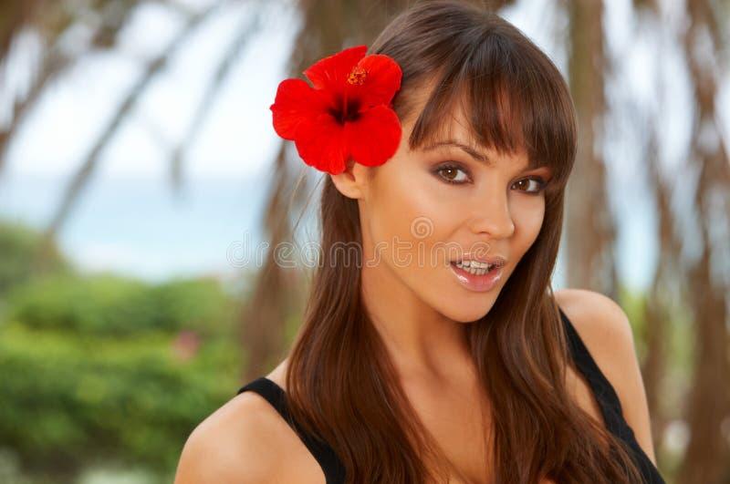 Meisje met Rode bloem stock foto