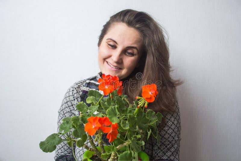 Meisje met rode bloemen stock foto's