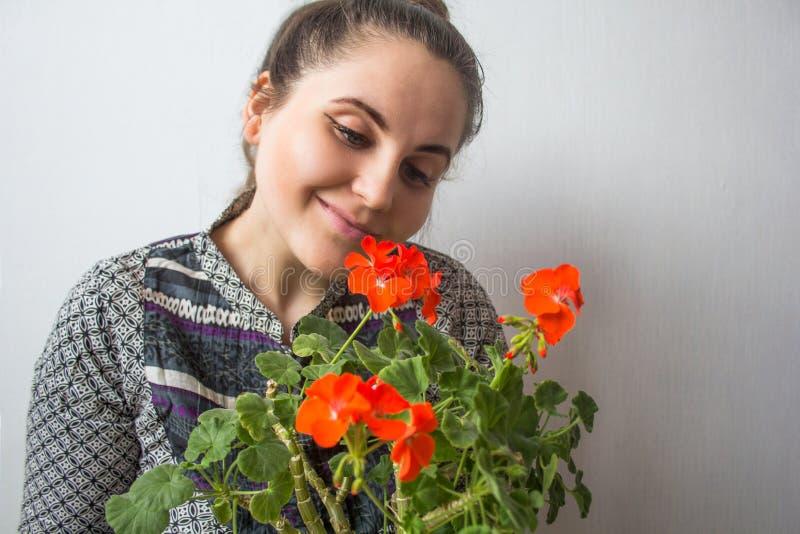 Meisje met rode bloemen stock afbeelding