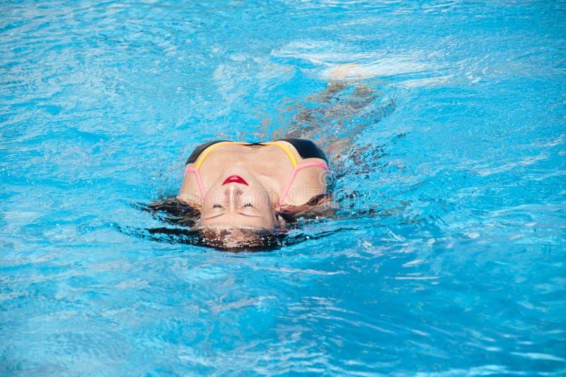 Meisje met rode lippen en nat haar De zomervakantie en reis naar de Maldiven Caraïbische overzees dope Kuuroord in pool Het stran royalty-vrije stock foto