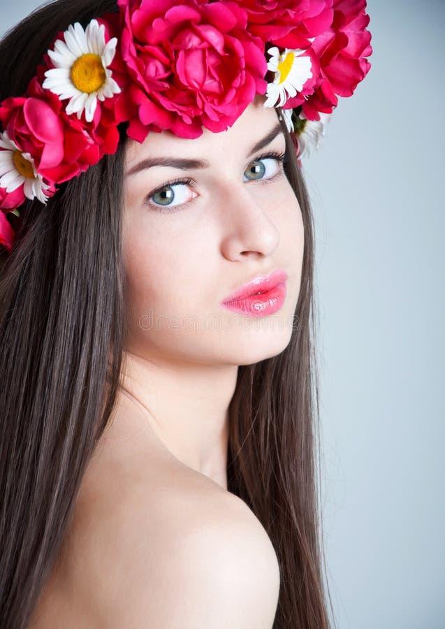 Meisje met rode roze bloemkroon royalty-vrije stock afbeelding