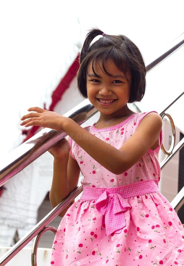 Meisje met roestvrij staaltraliewerk stock afbeelding