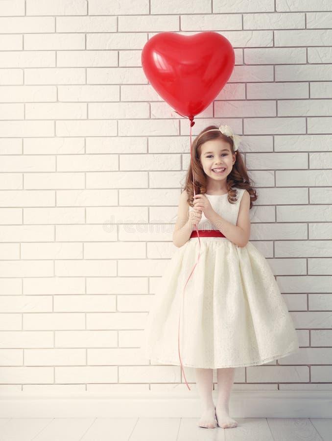 Meisje met rood hart royalty-vrije stock foto