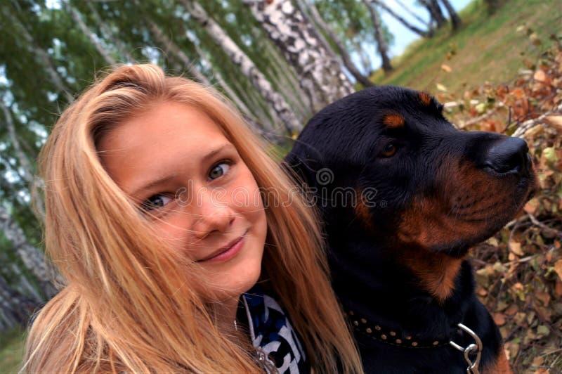 Meisje met Rottweiler stock afbeeldingen