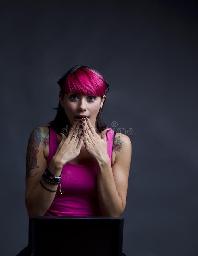 Meisje met roze haar en tatoegeringen royalty-vrije stock foto's