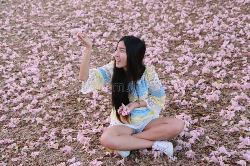 Meisje met Roze trompetboom stock afbeeldingen