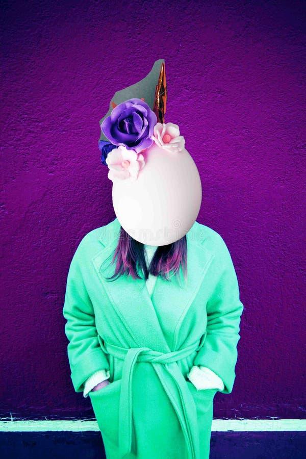 Meisje met ruimte in plaats van een gezicht en eihoofd met eenhoorndecoratie Eigentijdse kunstcollage Concept de stijlaffiches va royalty-vrije stock fotografie