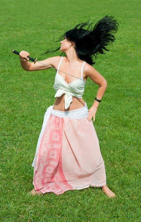 Meisje met samoeraienzwaard. royalty-vrije stock afbeeldingen