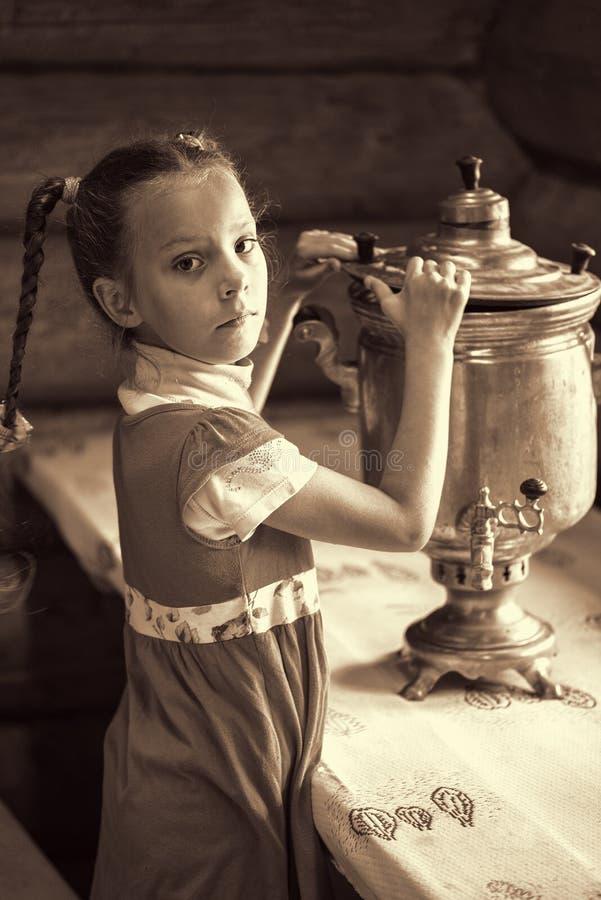 Meisje met samovar stock fotografie