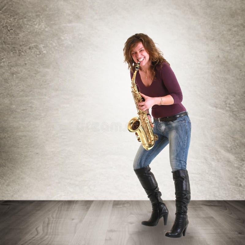 Meisje met saxofoon royalty-vrije stock foto's