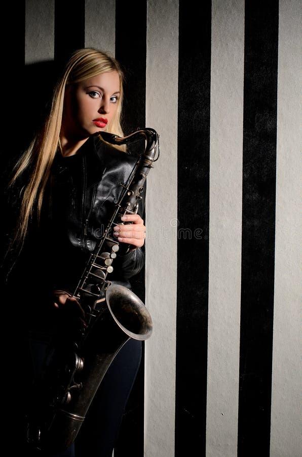 Meisje met saxofoon royalty-vrije stock afbeeldingen