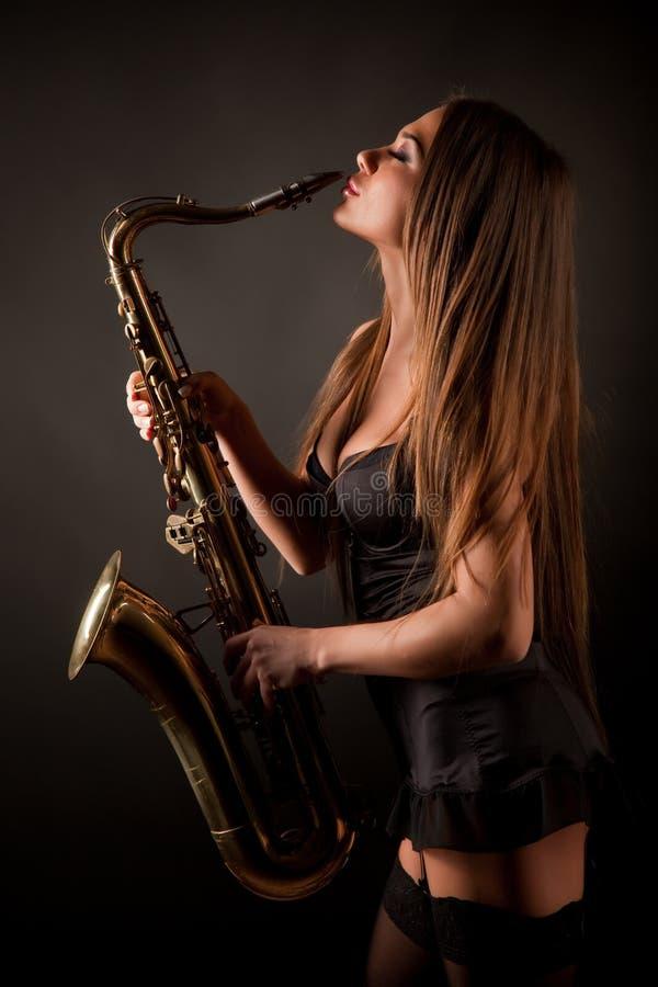 Meisje met saxofoon stock afbeelding