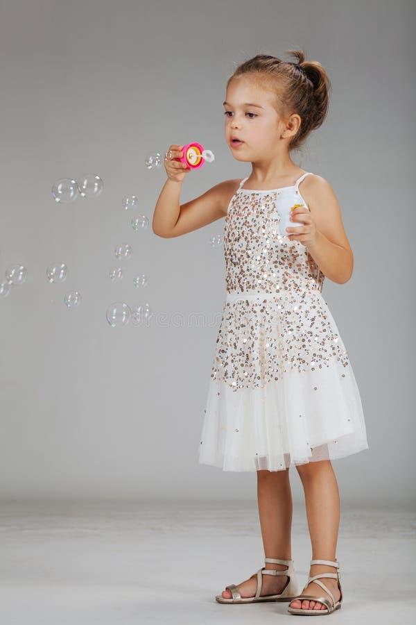 Meisje met schuimballons stock fotografie