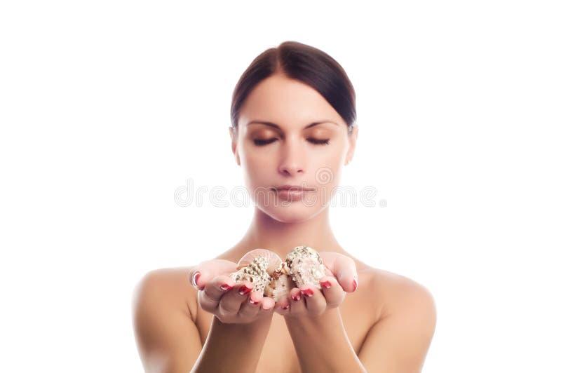 Meisje met shells stock afbeelding