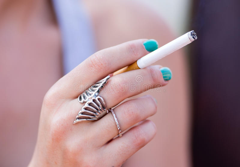Meisje met sigaret stock foto