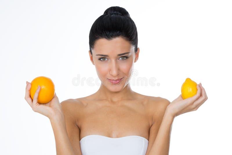 Meisje met sinaasappel en citroen royalty-vrije stock afbeeldingen