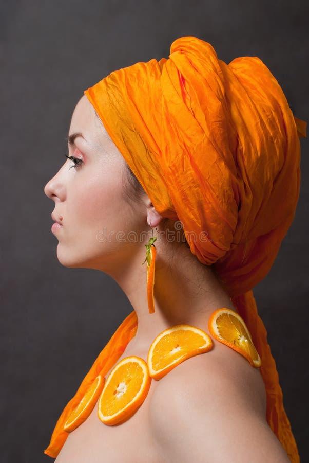 Meisje met sinaasappel headscarf stock foto