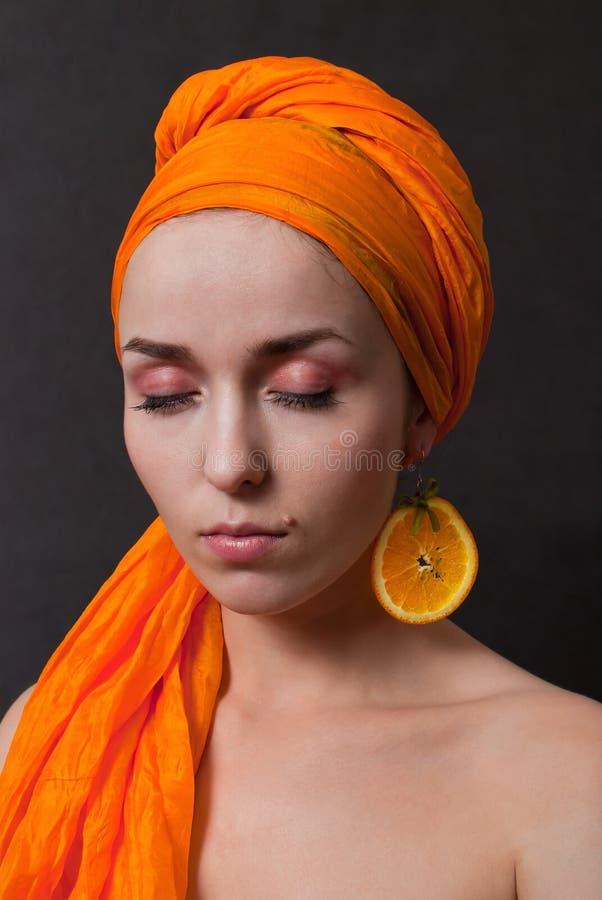 Meisje met sinaasappel headscarf royalty-vrije stock afbeelding