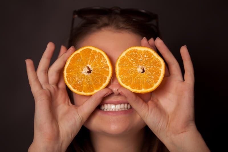 Meisje met sinaasappelen in de ogen stock afbeeldingen