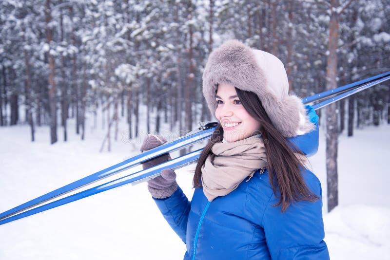 Meisje met skis op hun schouders stock foto's